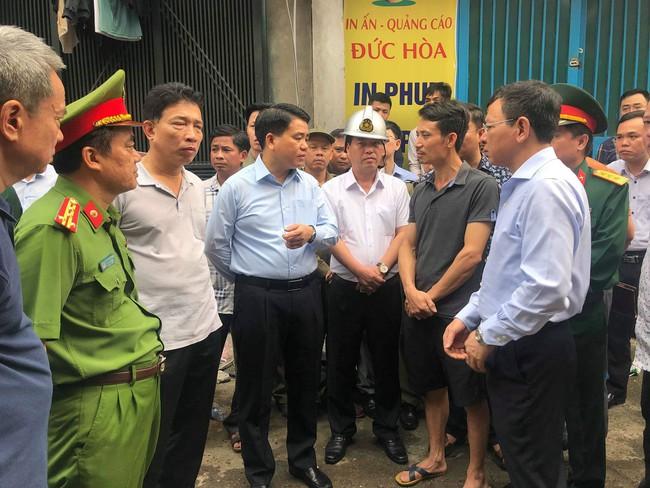 Hiện trường vụ cháy làm 8 người chết tại Hà Nội: Người mẹ gào khóc ngồi đợi nhận thi thể con trai - Ảnh 14.