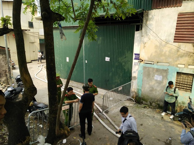 Hiện trường vụ cháy làm 8 người chết tại Hà Nội: Người mẹ gào khóc ngồi đợi nhận thi thể con trai - Ảnh 2.