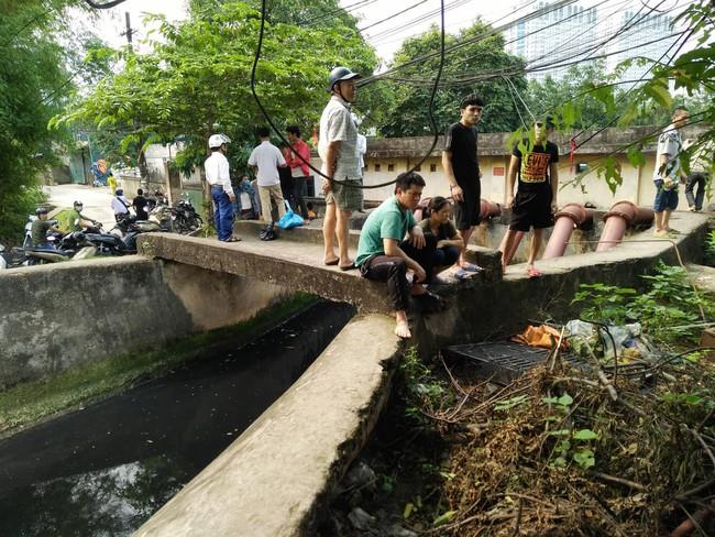 Hiện trường vụ cháy làm 8 người chết tại Hà Nội: Người mẹ gào khóc ngồi đợi nhận thi thể con trai - Ảnh 3.