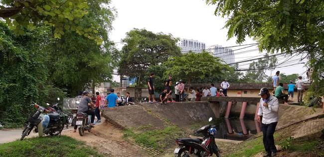 Hiện trường vụ cháy làm 8 người chết tại Hà Nội: Người mẹ gào khóc ngồi đợi nhận thi thể con trai - Ảnh 6.