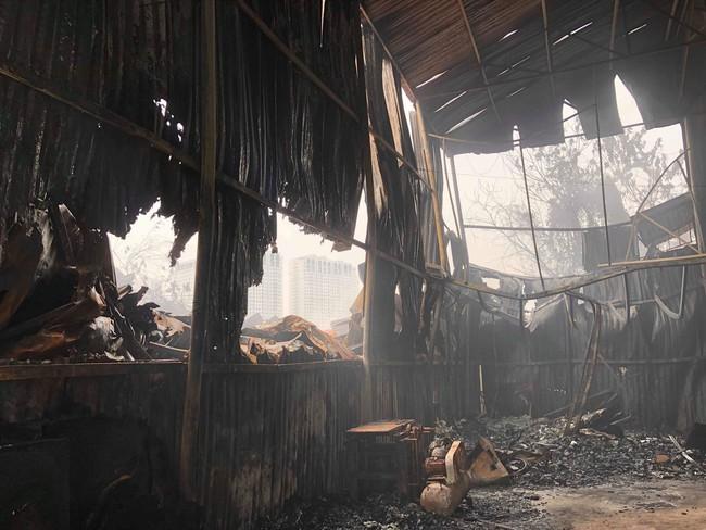 Hiện trường vụ cháy làm 8 người chết tại Hà Nội: Người mẹ gào khóc ngồi đợi nhận thi thể con trai - Ảnh 9.