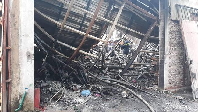 Hiện trường vụ cháy làm 8 người chết tại Hà Nội: Người mẹ gào khóc ngồi đợi nhận thi thể con trai - Ảnh 4.