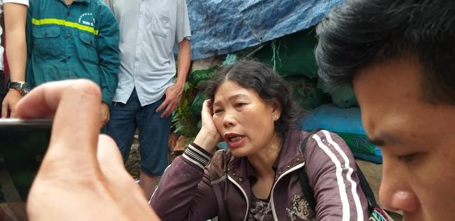 Hiện trường vụ cháy làm 8 người chết tại Hà Nội: Người mẹ gào khóc ngồi đợi nhận thi thể con trai - Ảnh 1.