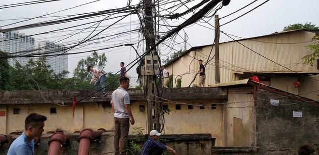 Hiện trường vụ cháy làm 8 người chết tại Hà Nội: Người mẹ gào khóc ngồi đợi nhận thi thể con trai - Ảnh 7.