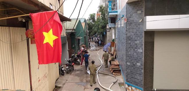 Hiện trường vụ cháy làm 8 người chết tại Hà Nội: Người mẹ gào khóc ngồi đợi nhận thi thể con trai - Ảnh 13.