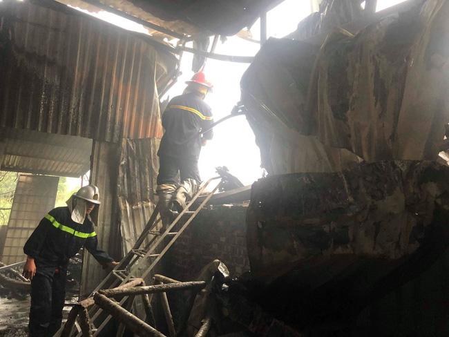Hiện trường vụ cháy làm 8 người chết tại Hà Nội: Người mẹ gào khóc ngồi đợi nhận thi thể con trai - Ảnh 10.
