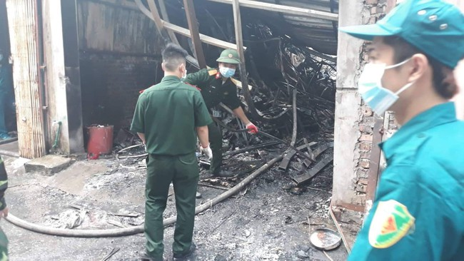 Hiện trường vụ cháy làm 8 người chết tại Hà Nội: Người mẹ gào khóc ngồi đợi nhận thi thể con trai - Ảnh 5.