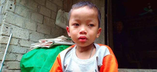 Nước mắt của bé trai 4 tuổi có mẹ bị liệt toàn thân: Cháu không dám đi học vì sợ khi về không còn nhìn thấy mẹ nữa - Ảnh 1.