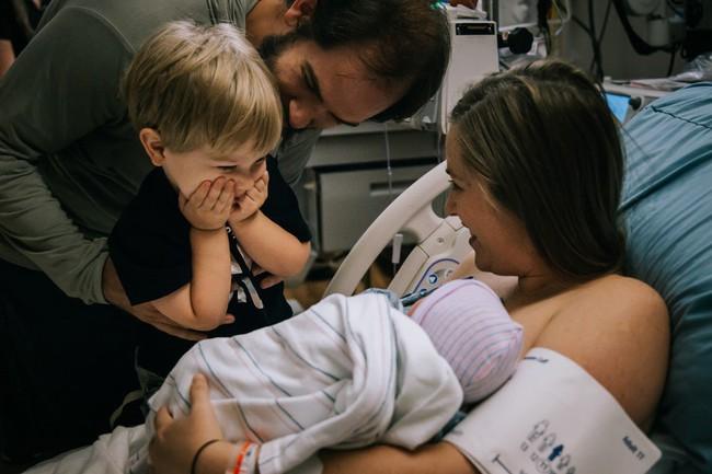 Loạt biểu cảm hỷ, nộ, ái, ố của những đứa trẻ khi lần đầu tiên được gặp em mình đốn tim toàn bộ cư dân mạng - Ảnh 9.
