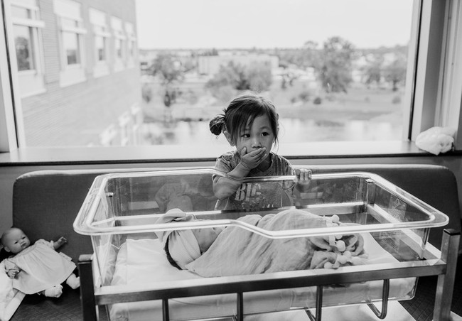 Loạt biểu cảm hỷ, nộ, ái, ố của những đứa trẻ khi lần đầu tiên được gặp em mình đốn tim toàn bộ cư dân mạng - Ảnh 1.