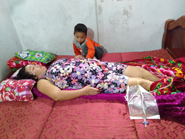 Nước mắt của bé trai 4 tuổi có mẹ bị liệt toàn thân: Cháu không dám đi học vì sợ khi về không còn nhìn thấy mẹ nữa - Ảnh 4.