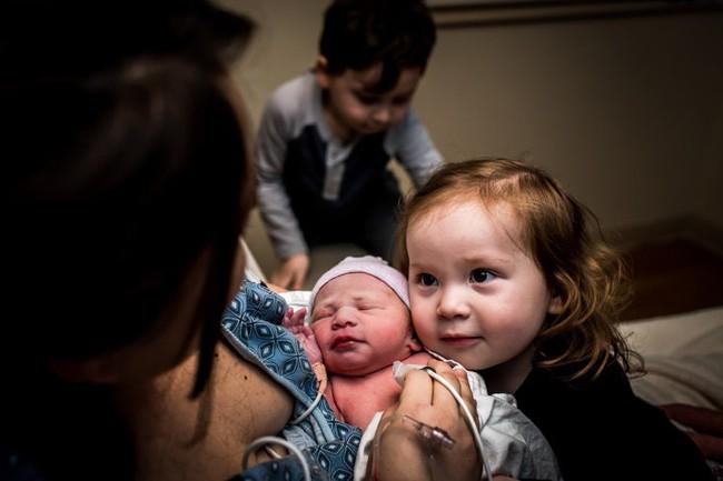 Loạt biểu cảm hỷ, nộ, ái, ố của những đứa trẻ khi lần đầu tiên được gặp em mình đốn tim toàn bộ cư dân mạng - Ảnh 10.