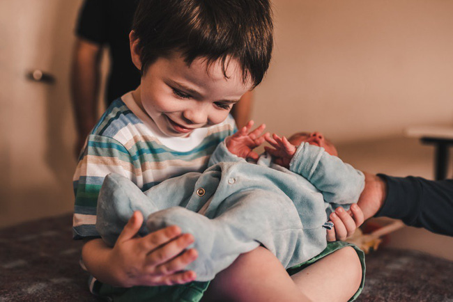 Loạt biểu cảm hỷ, nộ, ái, ố của những đứa trẻ khi lần đầu tiên được gặp em mình đốn tim toàn bộ cư dân mạng - Ảnh 7.
