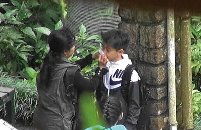 Trương Bá Chi lần đầu xuất hiện sau tin bị ung thư giai đoạn cuối, gây chú ý khi làm điều này cho con trai - Ảnh 8.