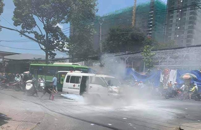 TP.HCM: Xe cấp cứu đang chạy bỗng dưng bốc cháy ngùn ngụt, tài xế tung cửa thoát chết - Ảnh 1.