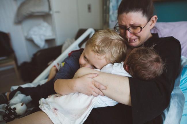 Loạt biểu cảm hỷ, nộ, ái, ố của những đứa trẻ khi lần đầu tiên được gặp em mình đốn tim toàn bộ cư dân mạng - Ảnh 8.