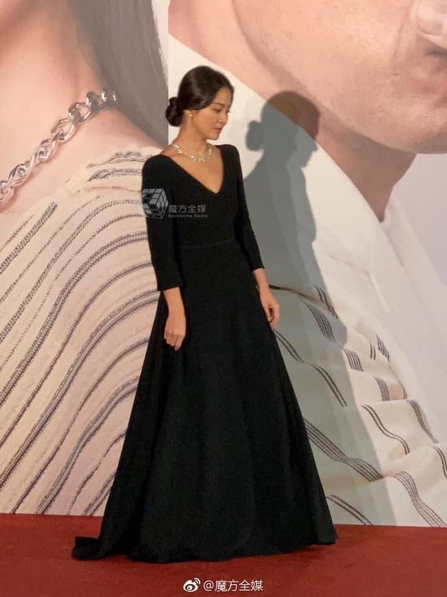 Song Hye Kyo xuất hiện công khai sau loạt tin đồn, tay không đeo nhẫn cưới nhưng trang phục lại khiến fan đồn đoán chuyện mang thai - Ảnh 3.