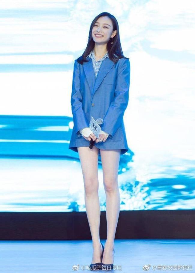 Dương Mịch, Địch Lệ Nhiệt Ba so kè danh hiệu đôi chân đẹp nhất xứ Trung, cư dân mạng than thở: Chẳng khác gì bộ xương khô  - Ảnh 1.