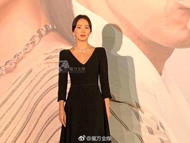Song Hye Kyo xuất hiện công khai sau loạt tin đồn, tay không đeo nhẫn cưới nhưng trang phục lại khiến fan đồn đoán chuyện mang thai - Ảnh 6.