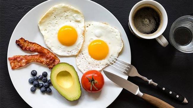 Chế độ ăn Keto có thể rất hot nhưng hãy cẩn thận với 4 nguy cơ lâu dài của nó đối với sức khỏe - Ảnh 2.
