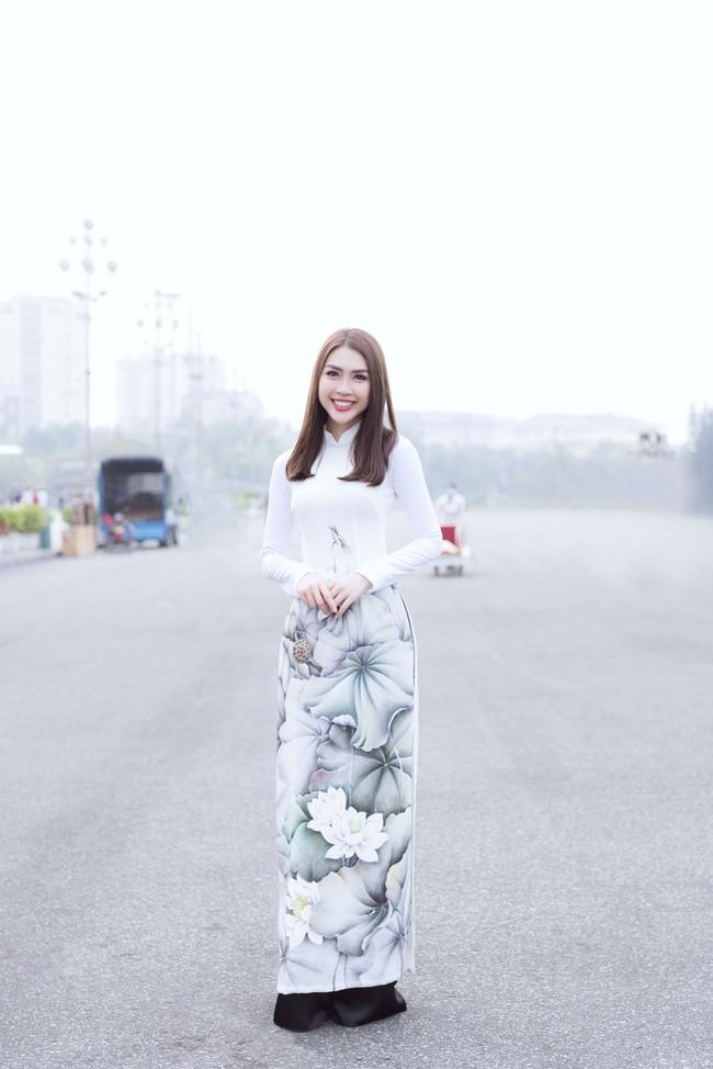 Sở hữu vòng eo 53, Hoa hậu Tường Linh sáng nền nã, tối gợi cảm với áo dài đi dự sự kiện  - Ảnh 1.