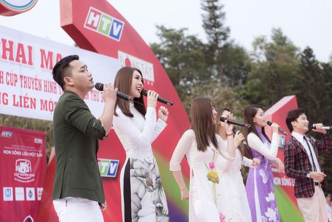 Sở hữu vòng eo 53, Hoa hậu Tường Linh sáng nền nã, tối gợi cảm với áo dài đi dự sự kiện  - Ảnh 3.