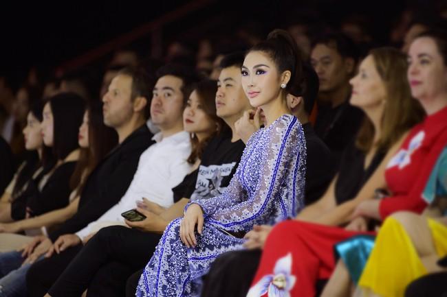 Sở hữu vòng eo 53, Hoa hậu Tường Linh sáng nền nã, tối gợi cảm với áo dài đi dự sự kiện  - Ảnh 9.