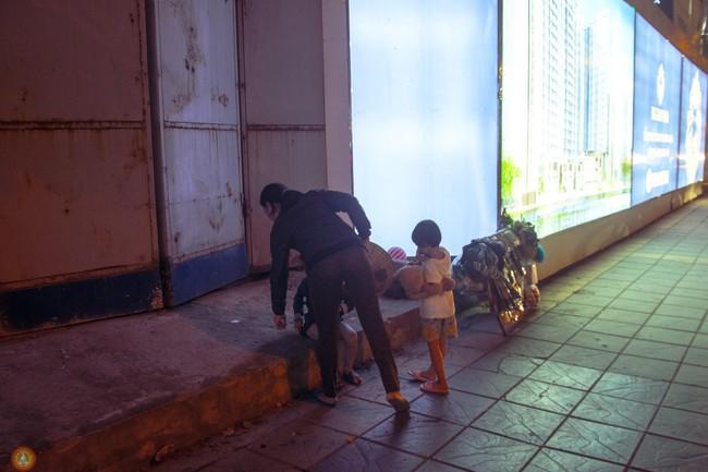 Hình ảnh cậu bé thiếp đi trên vỉa hè gây xúc động MXH, tuy nhiên câu chuyện thật đằng sau lại khiến nhiều người phì cười - Ảnh 2.