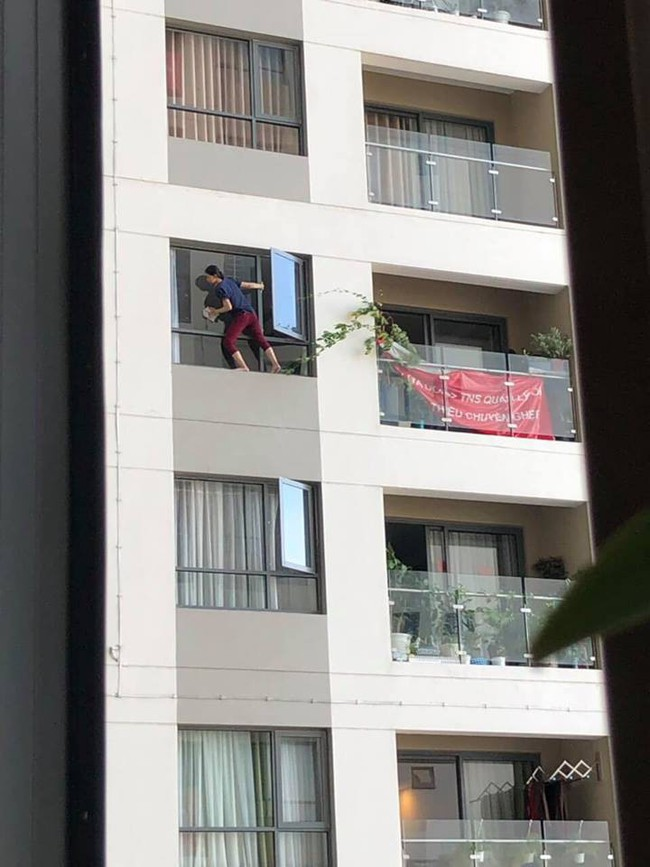 Clip thót tim: Nữ giúp việc leo ra hẳn ngoài cửa sổ chung cư cao tầng để lau chùi khiến người xem hốt hoảng - Ảnh 2.