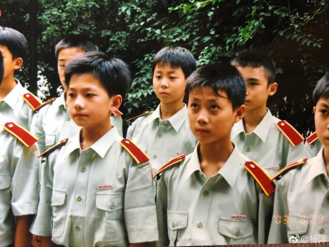 Mỹ nam cổ trang Dương Dương khoe hình khi còn nhỏ, đẹp trai nổi bật giữa bạn bè - Ảnh 1.