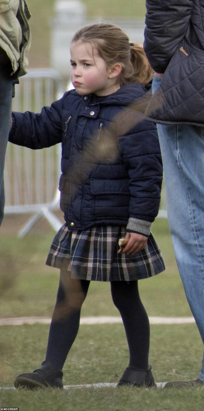 Chỉ vừa mới xuất hiện, hai con nhà Công nương Kate đã gây sốt, đặc biệt là sự thay đổi của Công chúa Charlotte khiến ai cũng thèm có một cô con gái - Ảnh 6.