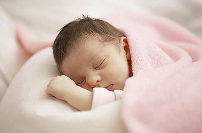 Muốn bé sơ sinh ngủ ngoan, mẹ cứ làm theo 7 cách này, đảm bảo bé sẽ ngủ tít y như hồi còn trong bụng mẹ - Ảnh 1.