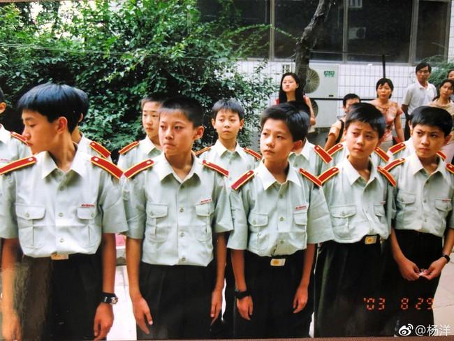 Mỹ nam cổ trang Dương Dương khoe hình khi còn nhỏ, đẹp trai nổi bật giữa bạn bè - Ảnh 2.