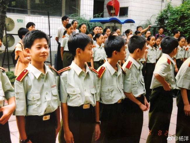 Mỹ nam cổ trang Dương Dương khoe hình khi còn nhỏ, đẹp trai nổi bật giữa bạn bè - Ảnh 3.