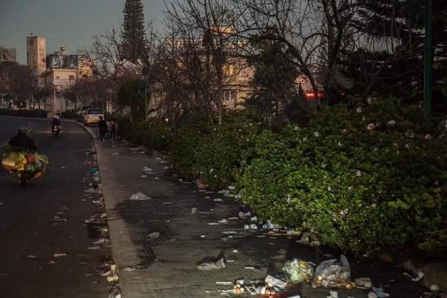 Đà Lạt ngập trong biển rác thải sau kỳ nghỉ lễ, nhìn cảnh tượng nhếch nhác khiến nhiều người sốc nặng - Ảnh 3.
