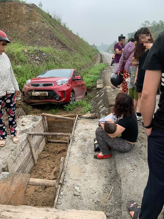 Phú Thọ: Thót tim nữ tài xế chở theo con nhỏ lao xuống cống, hai mẹ con hoảng sợ ngồi sụp xuống đất - Ảnh 1.