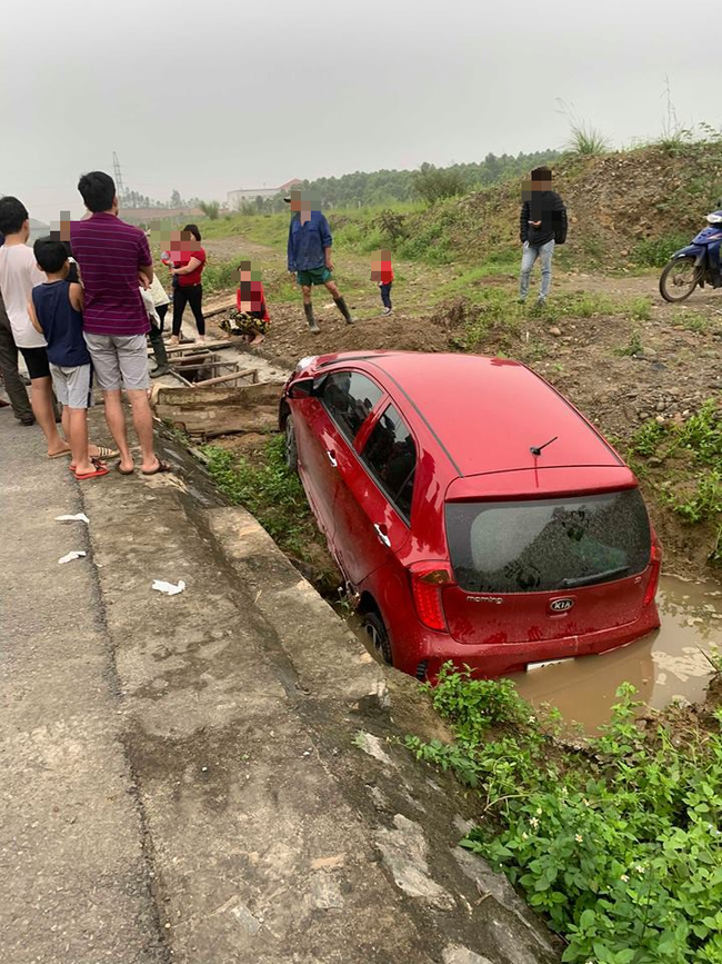 Phú Thọ: Thót tim nữ tài xế chở theo con nhỏ lao xuống cống, hai mẹ con hoảng sợ ngồi sụp xuống đất - Ảnh 2.