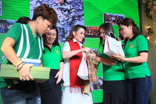 Sinh nhật tuổi 47, Phi Nhung không tổ chức tiệc xa hoa mà làm điều bình dị, ấm lòng này cho quê hương - Ảnh 7.