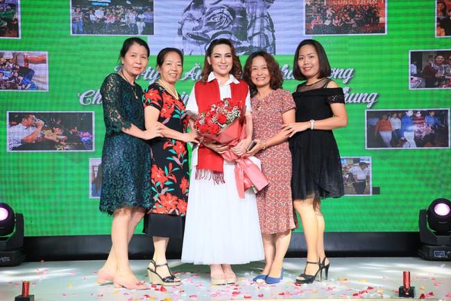 Sinh nhật tuổi 47, Phi Nhung không tổ chức tiệc xa hoa mà làm điều bình dị, ấm lòng này cho quê hương - Ảnh 8.