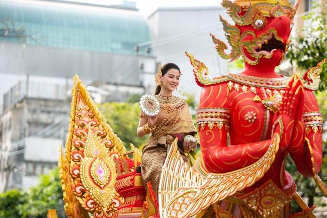 Dân tình náo loạn với nhan sắc cực phẩm của nữ thần Thungsa trong lễ Songkran 2019 tại Thái Lan - Ảnh 6.
