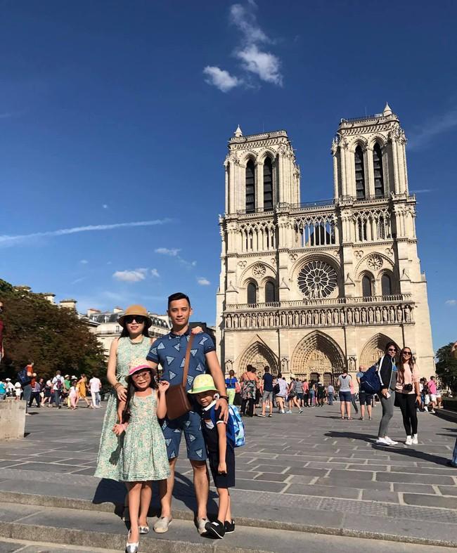 Háo hức đến ngày cả nhà sang Pháp tháng 7 tới, vợ chồng Hằng Túi bàng hoàng khi Nhà thờ Đức Bà Paris cháy lớn - Ảnh 4.