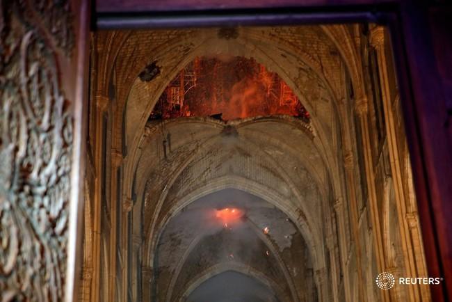 Háo hức đến ngày cả nhà sang Pháp tháng 7 tới, vợ chồng Hằng Túi bàng hoàng khi Nhà thờ Đức Bà Paris cháy lớn - Ảnh 7.