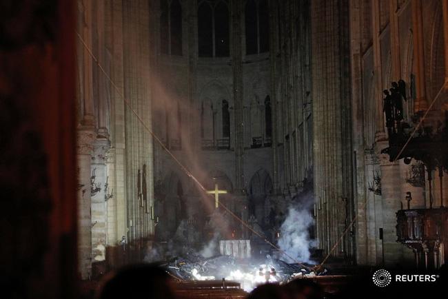 Háo hức đến ngày cả nhà sang Pháp tháng 7 tới, vợ chồng Hằng Túi bàng hoàng khi Nhà thờ Đức Bà Paris cháy lớn - Ảnh 8.