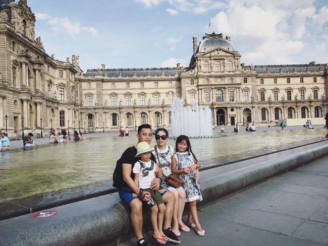 Háo hức đến ngày cả nhà sang Pháp tháng 7 tới, vợ chồng Hằng Túi bàng hoàng khi Nhà thờ Đức Bà Paris cháy lớn - Ảnh 1.