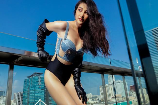 Chụp ảnh ở bể bơi là xưa rồi, Hoa hậu Phương Khánh còn lên cả nóc tòa nhà cao tầng chụp bikini - Ảnh 1.