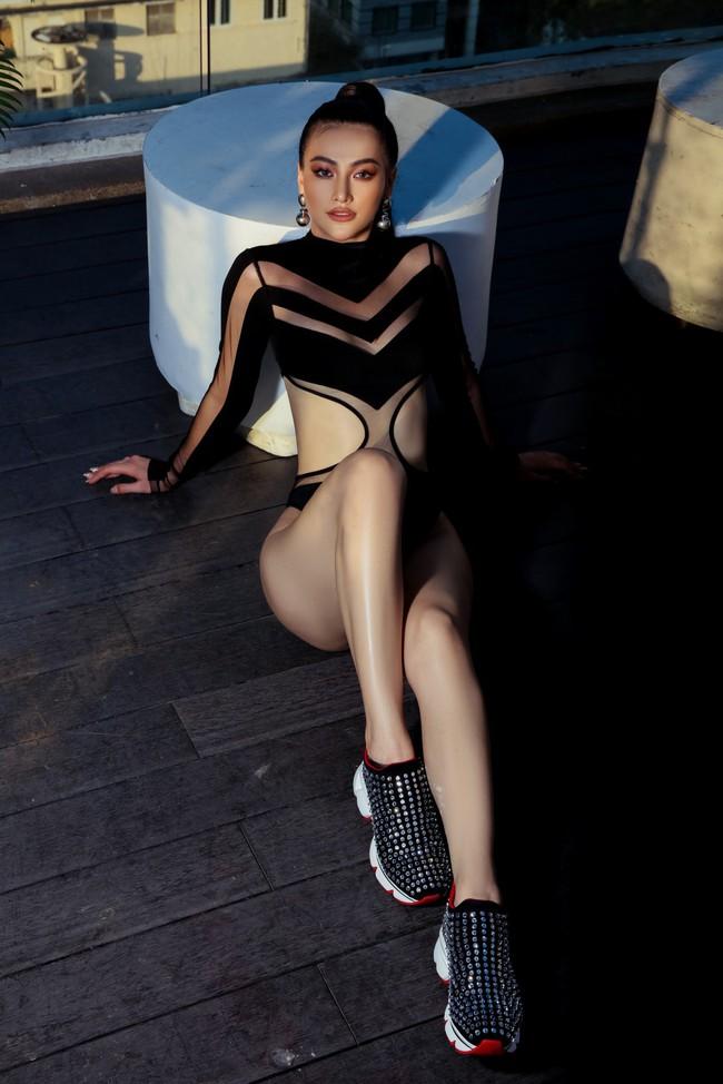 Chụp ảnh ở bể bơi là xưa rồi, Hoa hậu Phương Khánh còn lên cả nóc tòa nhà cao tầng chụp bikini - Ảnh 7.