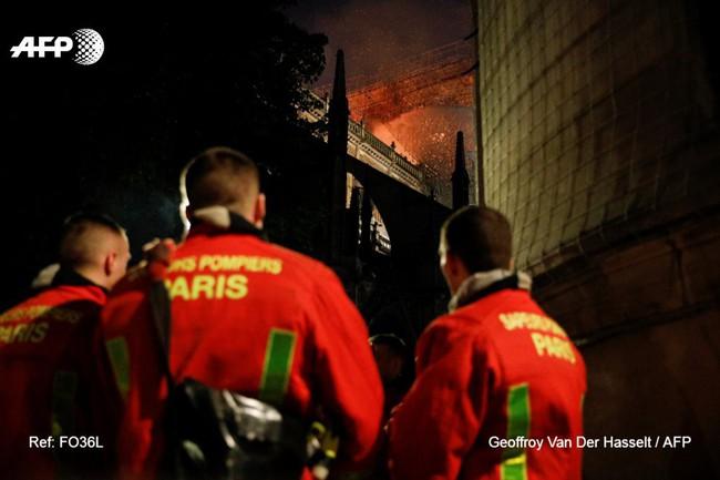 Đám cháy dữ dội bao phủ Nhà thờ Đức Bà Paris, đỉnh tháp 850 năm tuổi sụp đổ - Ảnh 2.