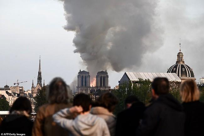 Người dân đau đớn nhìn ngọn lửa dữ dội trước mắt: Paris mà không có Nhà thờ Đức Bà thì không còn là Paris nữa - Ảnh 10.