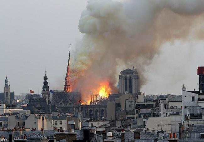 Cháy dữ dội bao phủ Nhà thờ Đức Bà Paris, đỉnh tháp 850 năm tuổi sụp đổ - Ảnh 6.