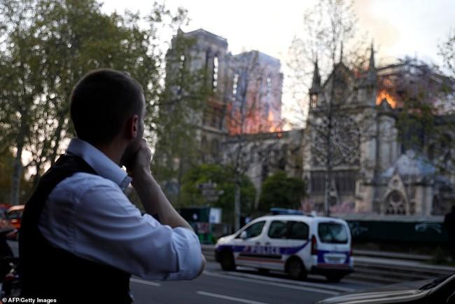 Người dân đau đớn nhìn ngọn lửa dữ dội trước mắt: Paris mà không có Nhà thờ Đức Bà thì không còn là Paris nữa - Ảnh 4.